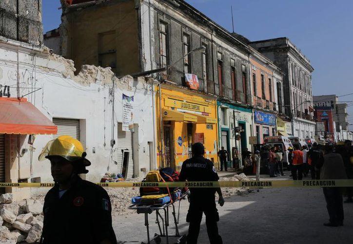Las autoridades cercaron el área del derrumbe que dejó ocho personas lesionadas. (Mauricio Palos/SIPSE)