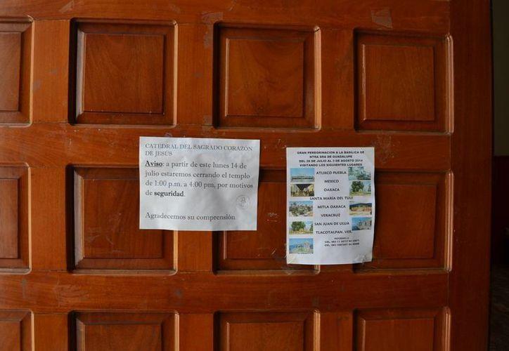 Colocan letreros con notificaciones en las puertas de las iglesias.(Redacción/SIPSE)