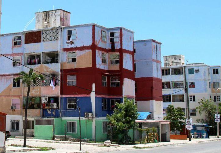 Muchas de las propiedades están pintadas para mejorar el aspecto viejo que tienen. (Jesús Tijerina/SIPSE)