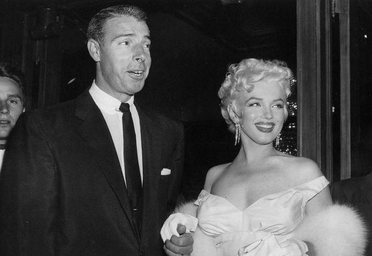 Imagen de archivo en junio de 1955, la actriz Marilyn Monroe llega con Joe DiMaggio al teatro. Carta de amor de DiMaggio con Marilyn Monroe fue vendido en una subasta en Beverly Hills a un comprador anónimo. (Agencias)