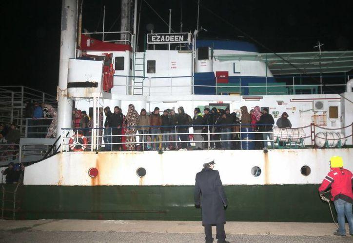 El barco Ezadeen fue rescatado con unos 450 migrantes a bordo. (AP)