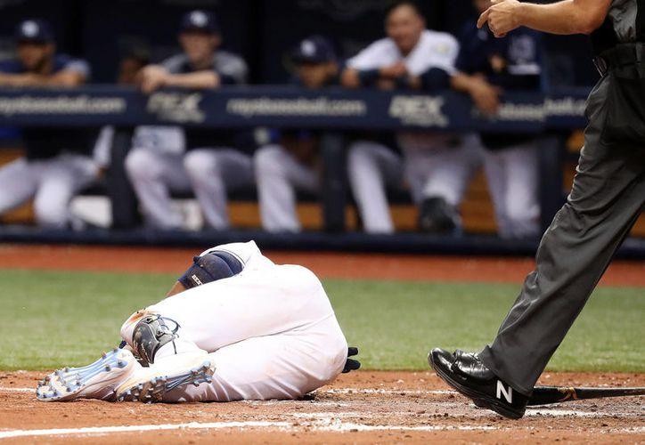La cuenta estaba en 2-2 cuando el serpentinero falló en su lanzamiento y golpeó al pelotero. (Internet)