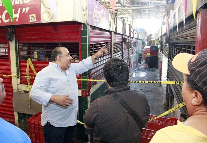 Durante el recorrido por la zona afectada por el incendio, los funcionarios hablaron con algunos locatarios. (Milenio Novedades)