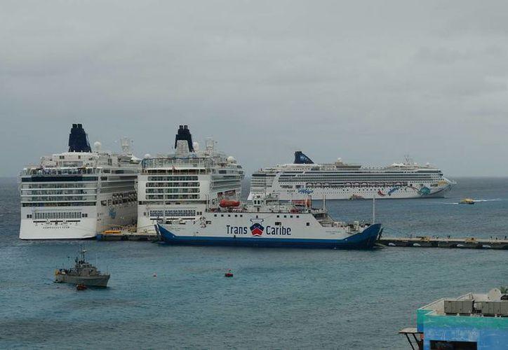 El viernes se registró el arribo de siete hoteles flotantes a la Isla de las Golondrinas. (Gustavo Villegas/SIPSE)