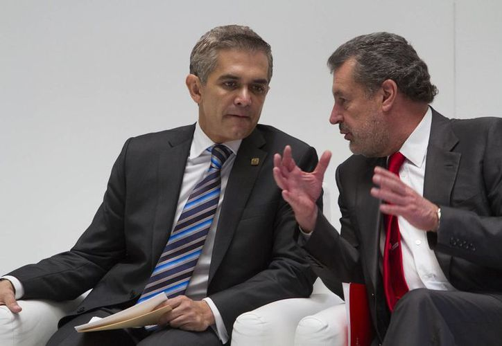 El jefe de Gobierno del DF, Miguel Ángel Mancera, y Marcos Martínez Gavica, director general del Banco Santander, en la presentación de la Plataforma Tecnológica Firma Vocal, este jueves. (Notimex)