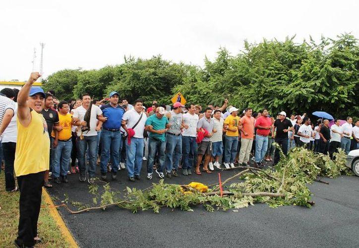 Los docentes bloquearon la vía durante casi una hora. (Edgardo Rodríguez/SIPSE)