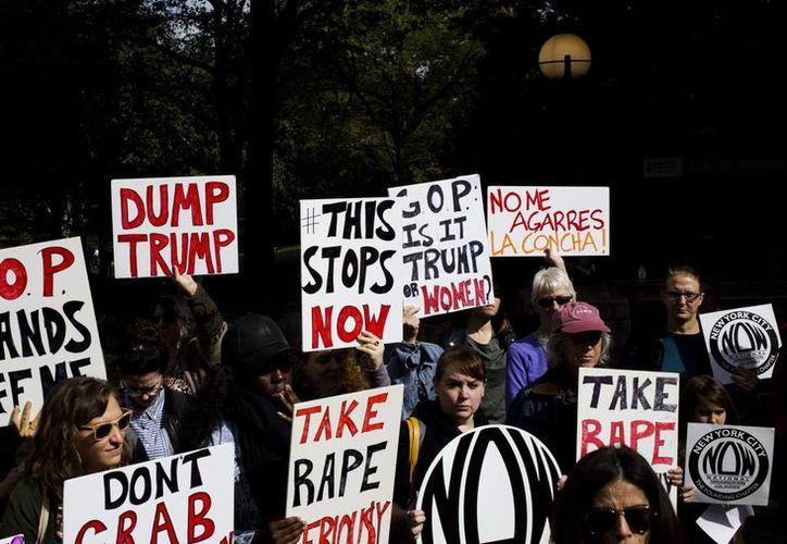 Un grupo de personas convocadas por National of Women (NOW) protestan contra las declaraciones contra las mujeres hechas por el candidato republicano Donald Trump, en Nueva York. (EFE)