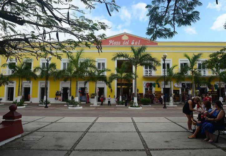 La Plaza del Sol cuenta con locales deteriorados por la falta de mantenimiento. (Gustavo Villegas/SIPSE)