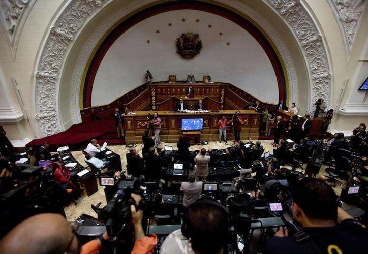 La Asamblea venezolana declaró que el presidente Maduro abandonó el cargo, hecho al que el mandatario reaccionó este martes acusando de 'golpista' al legislativo. (AP/Fernando Llano)