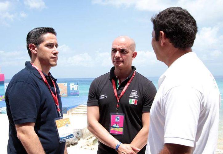 El alcalde, el subdirector del Análisis Técnico Deportivo de la Conade y titular de la Federación Mexicana de Natación. (Cortesía/SIPSE)