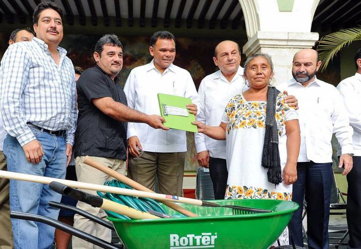 El gobernador Rolando Zapata Bello en la entrega del programa de Empleo Temporal 2013. (Milenio Novedades)