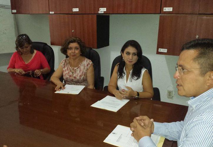 Regidores panistas en reunión con integrantes de Sociedad Independiente Yucatán. (SIPSE)