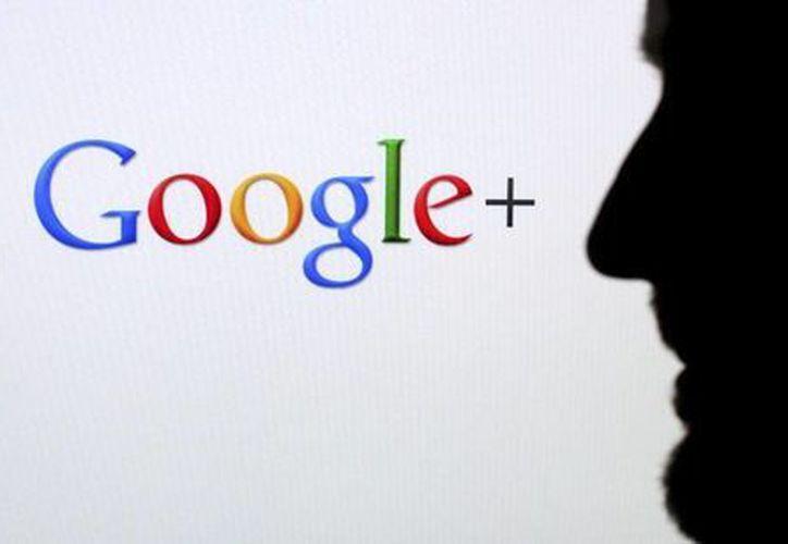 Perfil de dos personas frente a una pantalla con el logotipo de la red social Google. ( EFE/Archivo)