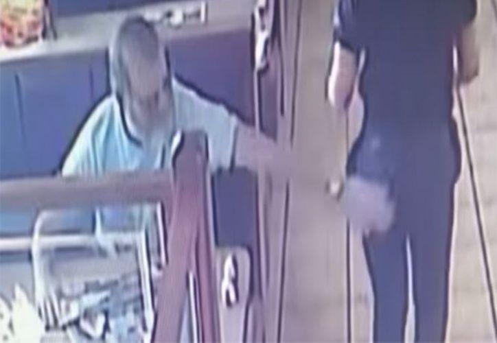 El gerente del lugar le pidió al hombre y a su esposa retirarse del establecimiento. (Foto: Captura de pantalla).