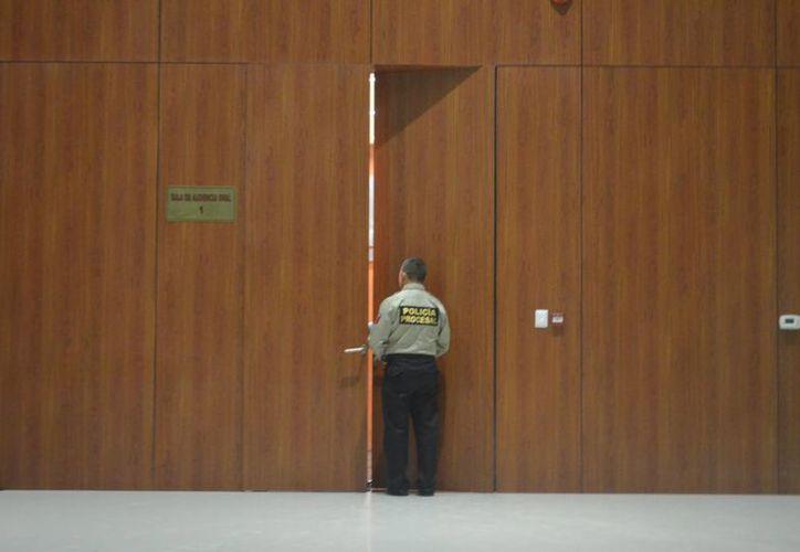 Un juez determinó mantener en prisión a dos imputados por el delito de homicidio calificado, en en hecho ocurridos en una casa de la av. Colón. La imagen, de un sala de juicio oral, está utilizada solo con fines ilustrativos. (Cuauhtémoc Moreno/SIPSE)