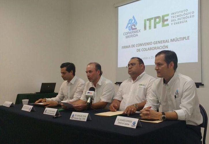 Autoridades durante la firma del convenio entre la Coparmex y el Instituto Tecnológico del Petróleo y Energía (ITPE). (Foto cortesía)