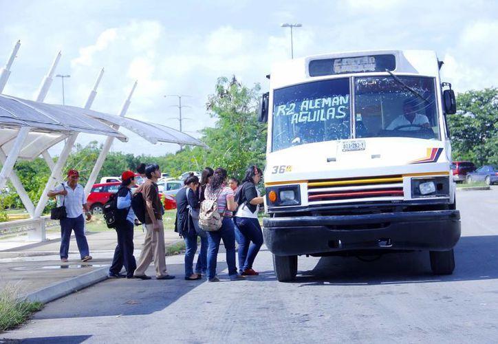 Estudiantes universitarios demandan un mejor servicio de transporte. (Milenio Novedades)