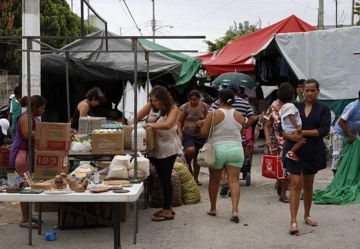 Crece el número de tianguistas en Cancún. (Tomás Álvarez/SIPSE)