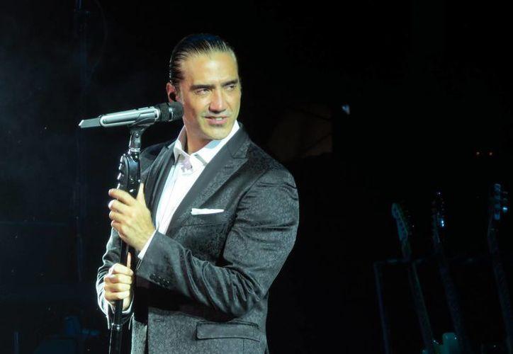 Luego de haberse accidentado, el cantante Alejandro Fernández brindó un concierto en Las Vegas en el marco del Grito de Independencia mexicano. (zeleb.mx)