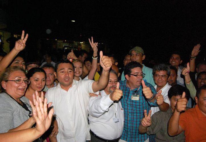 Seguidores de Josefina Miz y Gómez celebran su triunfo. (Wilberth Argüelles/SIPSE)