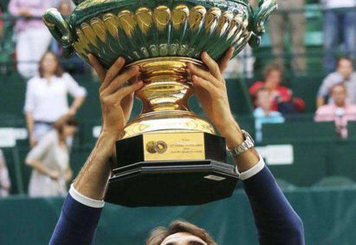 Federer superó el gran juego del colombiano Falla, quien perseguía su primer título. (AP)