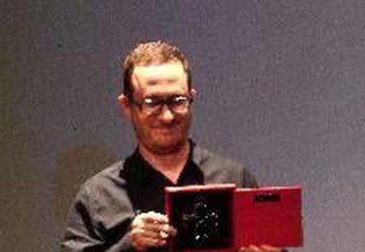 El cineasta recibe la Cruz de Plata del GIFF, anoche en Guanajuato. (Agencias)