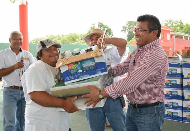 Insumos como semillas y fertilizantes, además de apoyos diversos, se entregaron en el marco del programa federal de agroincentivos. (Manuel Salazar/SIPSE)