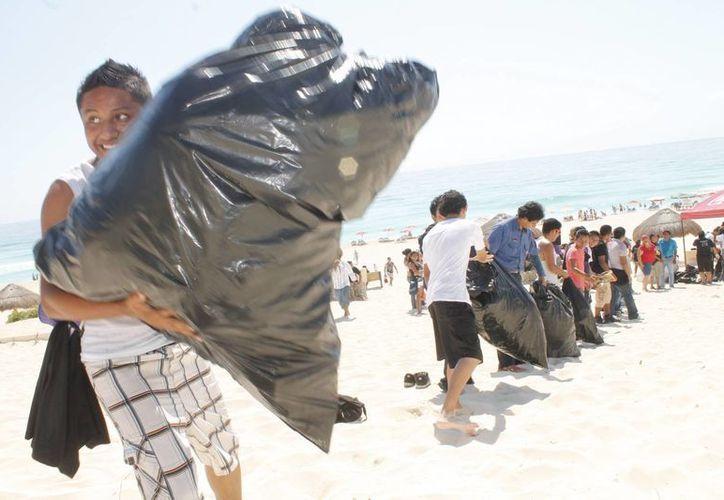 En 2013 se unieron 518 personas, que evitaron que 25 mil 328 kilos de basura llegara a los océanos. (Israel Leal/SIPSE)