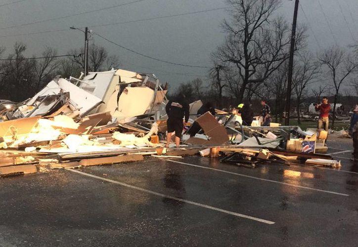 Sobrevivientes a un tornado observan los daños ocasionados en Sand Springs, Oklahoma, este 25 de marzo de 2015. (Foto: AP/Tulsa World, Joey Johnson)