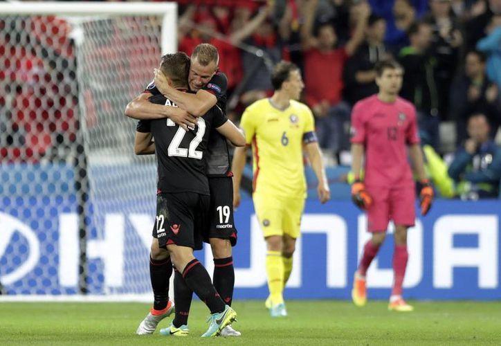 Albania consiguió su primer triunfo en una Eurocopa y de paso la posibilidad de avanzar a la siguiente ronda de este torneo. (AP)
