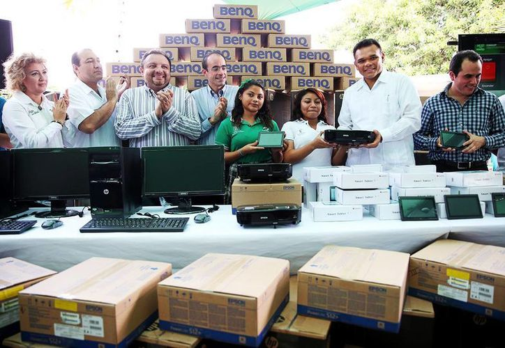 El Gobernador entregó ayer equipo tecnológico al Conalep Mérida. (Milenio Novedades)