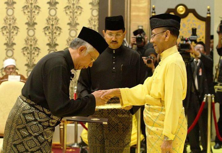 El sultán Abdul Halim de Malasia (de amarillo) recibió un escrito de la Comisión Nacional de Derechos Humanos de México en el cual le piden detener la ejecución de tres connacionales. (metro.co.uk)
