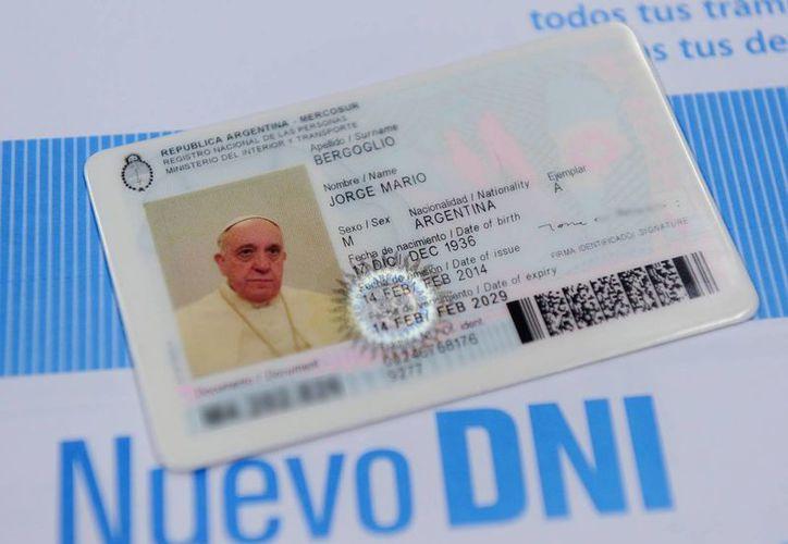 Fotografía cedida por el Ministerio de Interior y Transporte de Argentina en la que se observa el nuevo documento nacional de identidad (DNI) del Papa Francisco. (EFE)