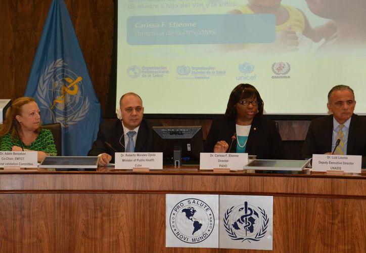 Cuba recibió el martes la validación de la Organización Mundial de la Salud (OMS) y de la Organización Panamericana de la Salud (OPS) como el primer país del mundo en eliminar la transmisión madre-hijo del VIH y la sífilis. (Notimex)