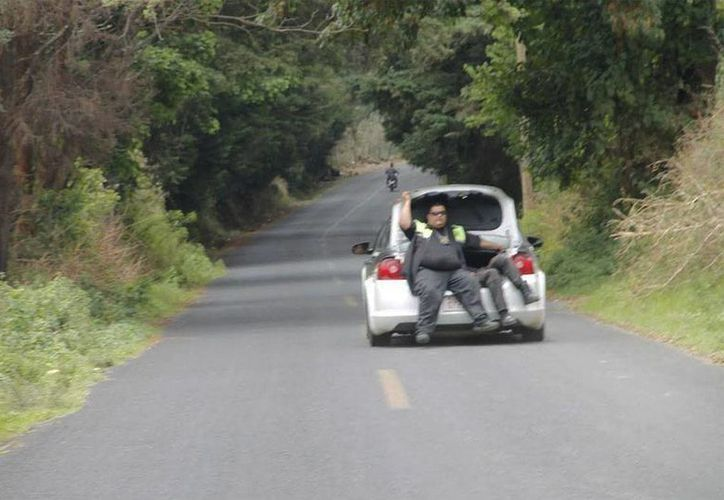 Policías vigilan la zona de San Andrés Tlalámac, en donde murieron dos policías y un campesino, durante un enfrentamiento con presuntos talamontes. (excelsior.com.mx)