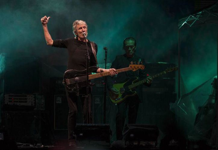El ex vocalista de Pink Floyd, Roger Waters entusiasmo a 200 mil fans, anoche en el zócalo de la Ciudad de México. (AP Photo/Christian Palma)