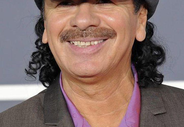 Carlos Santana, quien en la foto arriba a la entrega de premios Grammy en 2010, será galardonado en los premios American Book por su libro de memorias. (AP)