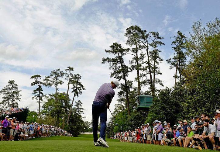 Jordan Spieth, de 21 años, deleita al público en el hoyo 18 del Masters de Augusta. El joven golfista impuso un nuevo récord. (Foto: AP)