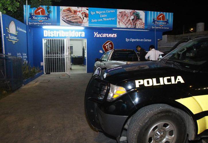 """El negocio denominado """"Yucarnes"""" fue asaltado ayer por dos sujetos armados. Tras los hechos, las autoridades llegaron al lugar. (Martín González/SIPSE)"""