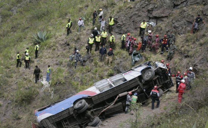 El vehículo dio varias vueltas de campana antes de caer a un abismo de unos 200 metros de profundidad. (Agencias)