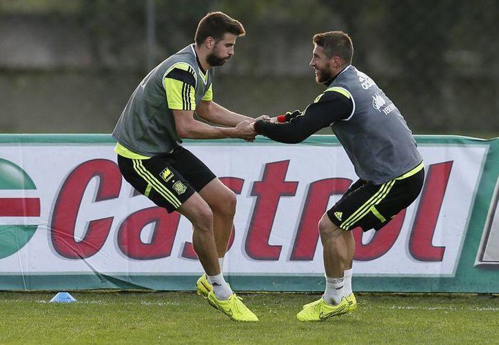 Los mundialistas españoles Gerard Piqué (i) y Sergio Ramos son dos de los mejores defensas centrales del mundo. (EFE/Foto de archivo)