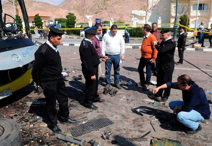 Al menos una persona murió cuando un camión sisterna cargado de explosivos se estrelló en contra una oficina de la policía egipcia. La foto no corresponde al hecho, se trata de agentes revisan la zona de atentado al norte del Sinaí, el año pasado. (Efe/Archivo)