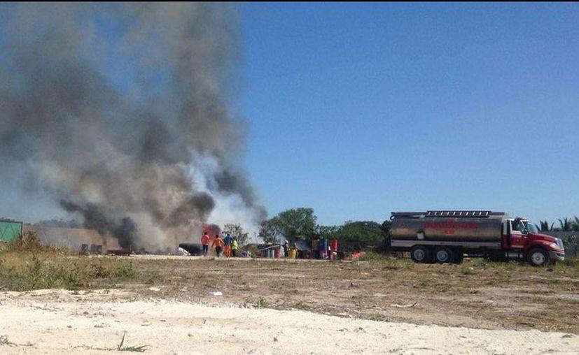 La humareda del incendio se pudo ver desde una gran distancia. Las pérdidas materiales se estimaron en varios miles de pesos; afortunadamente no hubo lesionados. (Gerardo Keb/Milenio Novedades)