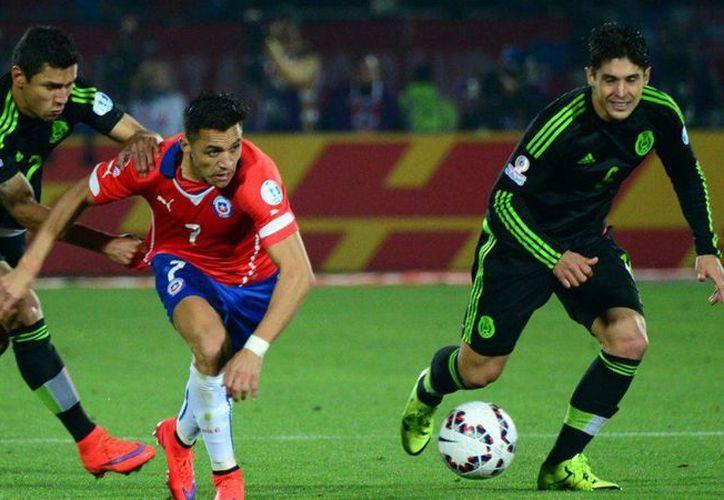 Argentina se posiciona en primer lugar en el ranking de la FIFA y México en el número 14. Imagen del partido entre la Selección mexicana y la de Chile en la Copa América. (t13.cl)