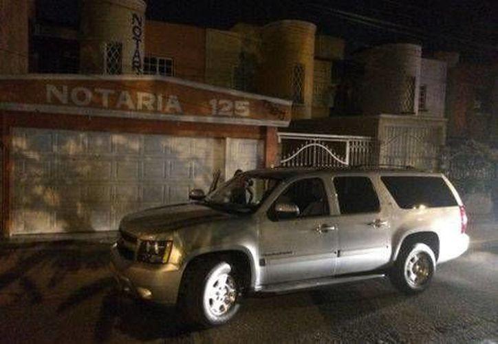 Cuando la Policía llegó ya no había nadie en la camioneta del gobierno de Michoacán baleada por desconocidos. (Quadratín)