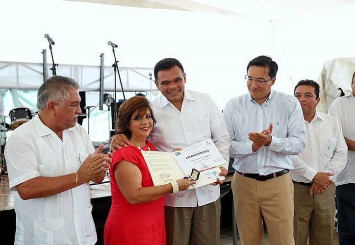 En el festejo del 38 aniversario del Costa Club, el Gobernador dijo que se invertirán 40 mdp para modernizar el centro vacacional del Isstey. (Cortesía)