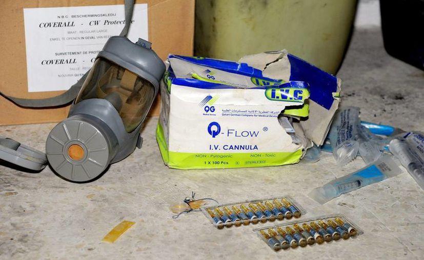 Imagen facilitada por SANA de distitno material médico y de una máscara de gas. (EFE/SANA)