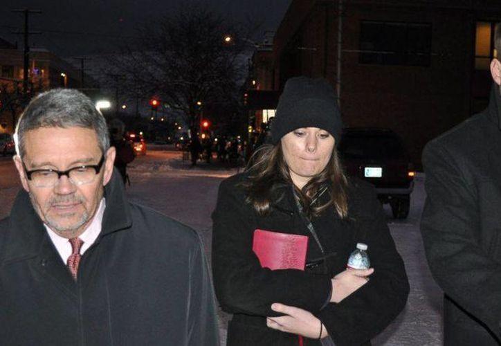 Jordan Graham, al centro, es acompañada por sus abogados defensores, Michael Donahoe, a la izquierda, y Andy Nelson, mientras se retira de un tribunal en Missoula, Montana, el pasado 10 de diciembre. (Agencias)