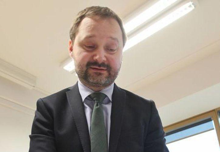 Tomasz Makowski, director de la Biblioteca Nacional de Polonia, muestra una de las cartas que la institución compró. (AP)