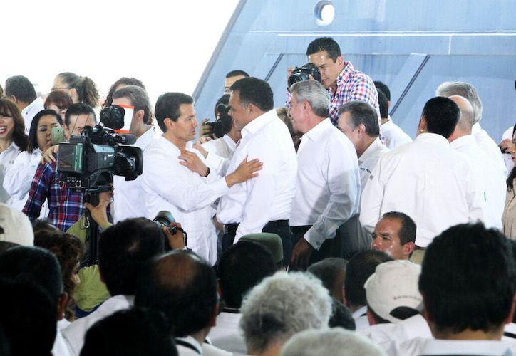 El presidente Enrique Peña Nieto anunció la construcción de una gasoducto que irá de Progreso a Cancún, Quintana Roo. En la imagen, saluda al gobernador de Yucatán, Rolando Zapata Bello. (Cortesía)